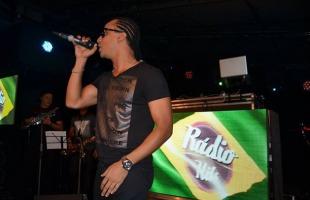 Rodrigo Átila no set Brasil do show da Rádio Hits na Miranda, Lagoon!