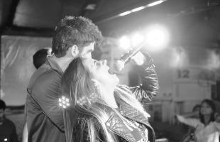 Bruno Bonatto e Mariana Féo no palco do Prainha Lounge